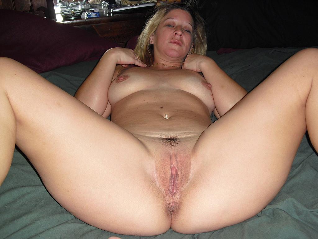 Фото голых с раздвинутыми ногами баб