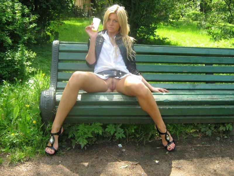 такой женщины в юбках позируют без трусиков странно