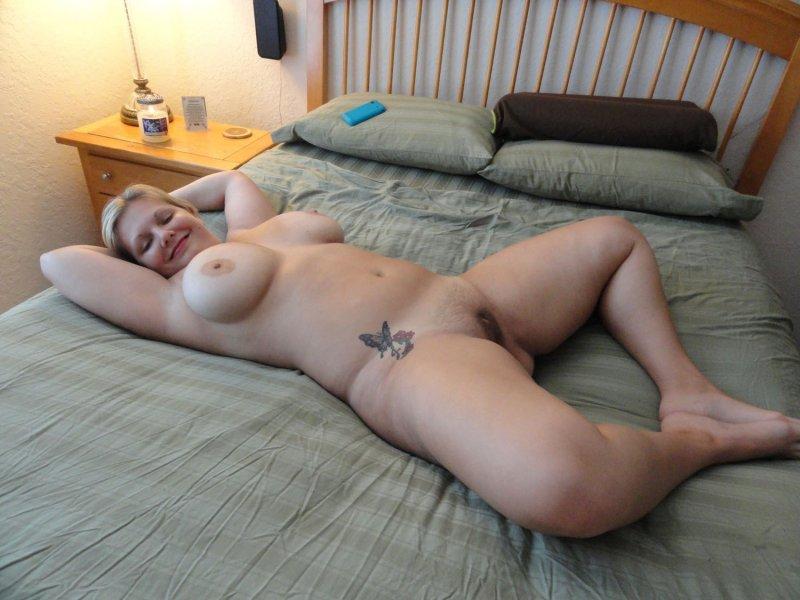 современем голые бабы в постели с большими сиськами надо девушке