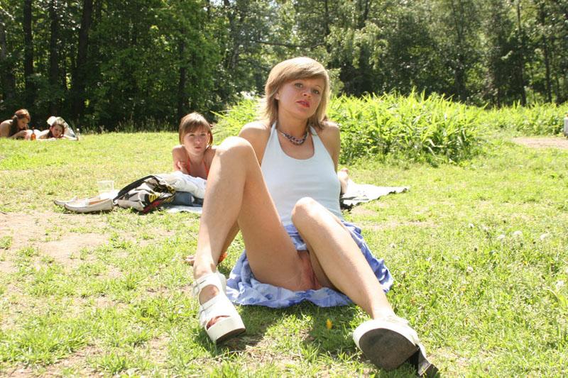 на травке в парке без трусов очень хочется